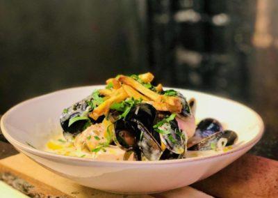 Krämig laxsoppa med blåmusslor toppat med potatiscrisp